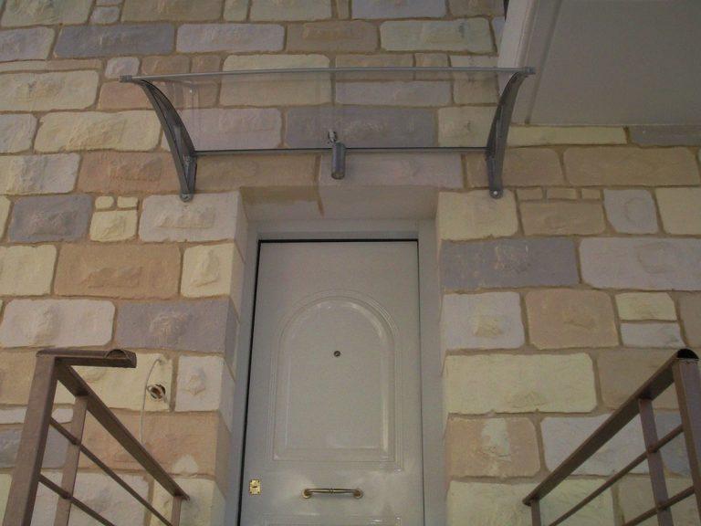 Στέγαστρο πόρτας απο αλουμίνιο με συμπαγές πολυκαρβονικό φύλλο,στο Δήλεσι Βοιωτίας | Tentagon