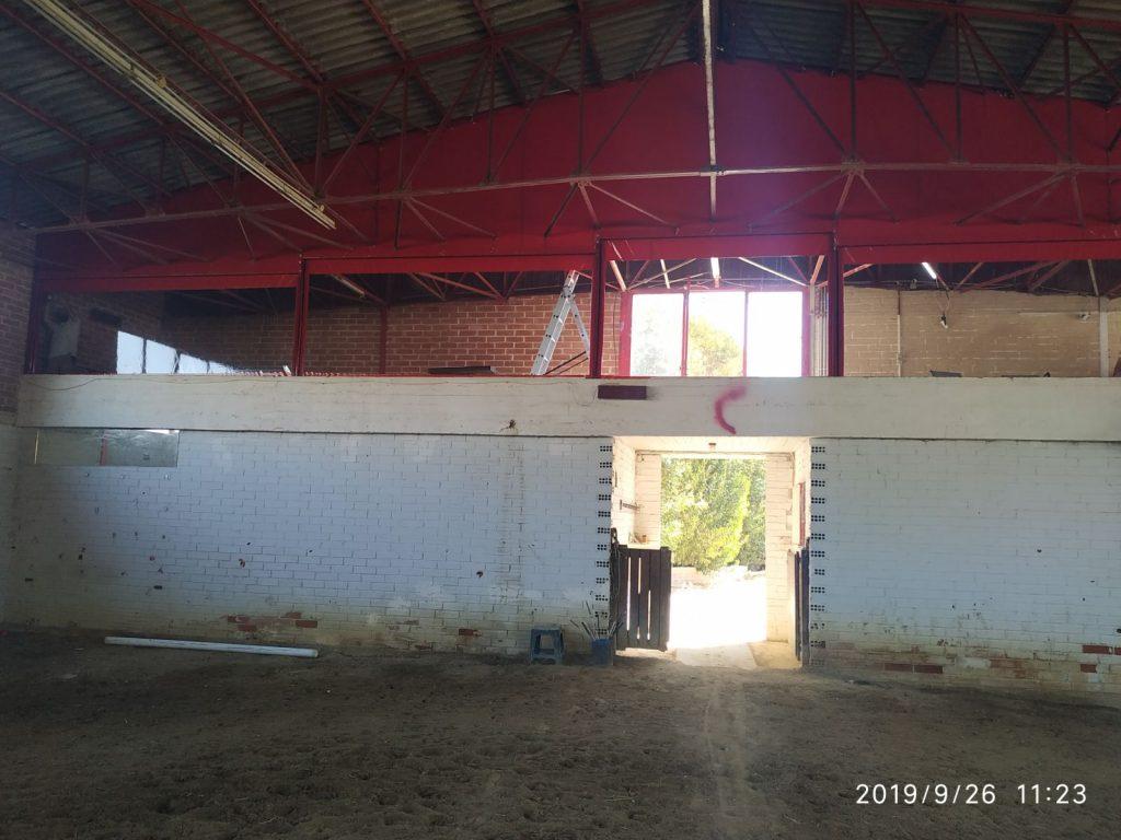 Κάθετες τέντες και κάλυψη τριγωνικής επιφάνειας στον Ιππικό Όμιλο στον Γέρακα